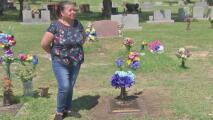 """""""Me siento feliz"""": mujer que donó una lápida a familia que esperó durante meses por una para la tumba de su ser querido"""