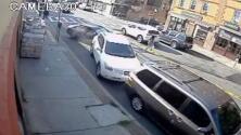 Rescate milagroso: policías de Nueva York sacan a una bebé atrapada debajo de un auto