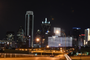 Edificios se iluminan de amarillo en Dallas.
