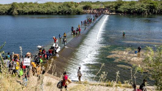 Drama humano en la frontera: miles de migrantes esperan bajo un puente en una pequeña localidad de Texas