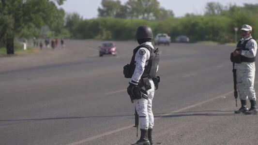 Autoridades mexicanas blindan sus carreteras fronterizas para evitar la llegada de más buses repletos de migrantes