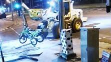 Utilizó una excavadora para robar dos motos en una tienda: así las consiguió sacar (y así lo persiguió la policía hasta agarrarlo)