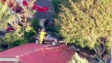 ¿Cómo llegó este auto a la azotea de una casa?