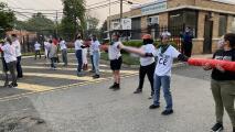 Una cadena humana de activistas cierra el paso por horas a un edificio de ICE para pedir el fin de las deportaciones