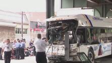 Lo que se sabe del choque de un autobús contra un poste del metro en El Bronx que dejó varios heridos