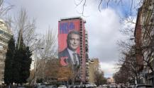 Laporta impulsa su campaña con una pancarta frente al Santiago Bernabéu