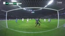 ¡Primer susto! Hugo Ayala evita que Aldrete empuje el balón