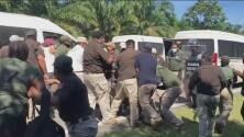 Entre violencia y arrestos, autoridades de México siguen bloqueando el paso de una caravana de migrantes