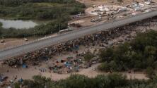 """""""Es inhumano lo que está pasando aquí"""": testimonio de madre latina varada en la frontera con miles de migrantes"""