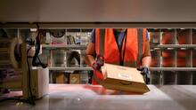 Así es la nueva ley en California que protege a trabajadores de grandes empresas como Amazon