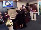 """""""Su inesperada partida deja un profundo vacío"""": asisten al funeral de estudiante asesinada en Raleigh"""