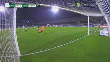 ¡Vaya bazucazo de Iturbe! Rodolfo Cota evita el inminente gol de Pumas