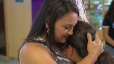 El reencuentro entre una madre y su hija, quien vio morir a su padre en un centro de detención