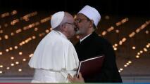 Polémico beso entre el Papa Francisco y el imán de Egipto, sella un pacto de paz en los Emiratos Árabes