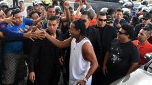 Ronaldinho firma autógrafos y come barbacoa en plena cárcel