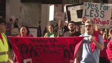 Trabajadores de la industria de la costura en Los Ángeles protestan contra la tienda Ross