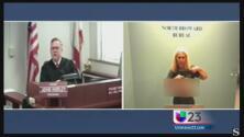 Mujer le muestra sus senos a un juez