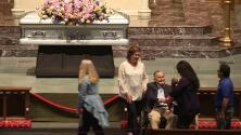 Junto al ataúd, George H. W. Bush recibe las condolencias en el velorio de su esposa Barbara