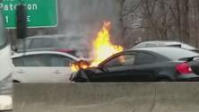 Un automóvil se prende en llamas tras chocar con otro vehículo en una vía de Nueva Jersey