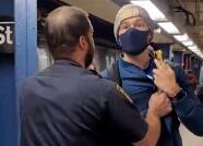Unos policías subieron al metro de NY sin tapabocas y el pasajero que les reclamó usarlos terminó expulsado