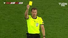 Tarjeta amarilla. El árbitro amonesta a Valon Berisha de Kosovo