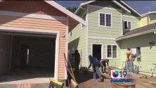 Manos voluntarias construyen casas