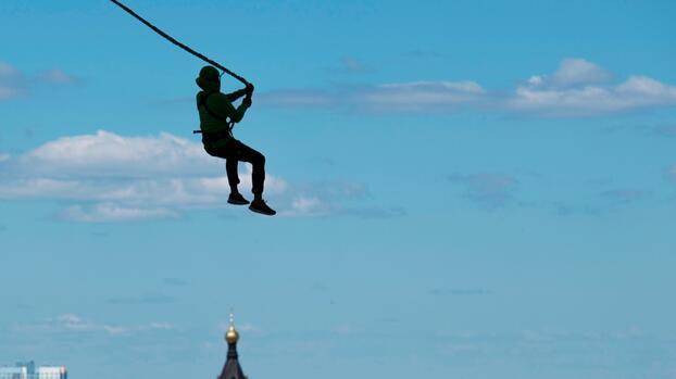 Imágenes fuertes: una mujer muere en un salto de bungee luego de caer 80 pies presuntamente sin una cuerda asegurada