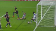 ¡Se salvan! Sanusi saca en la línea el disparo de Sterling que era el 1-0