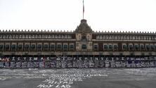 Día de la Mujer: Nombres de víctimas de feminicidio cubren el muro de protección del Palacio Nacional en México