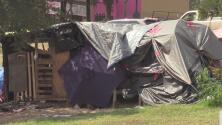 Veterano muere en tiroteo en un campamento de indigentes a solo tres días de recibir su casa nueva