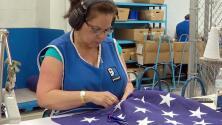 Manos hispanas, las encargadas de confeccionar la bandera de EEUU para la celebración del 4 de julio