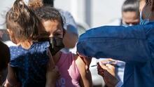 El DHS se prepara para ofrecer vacunas de covid-19 a inmigrantes en la frontera con México, según reporte
