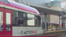 Reportan a una persona lesionada tras choque de auto contra tren de Capital Metro