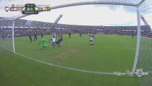Edson Álvarez rebanó y casi regala un gol