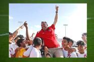 Jugadores de fútbol de la preparatoria Sam Houston recuerdan al entrenador Joey Rodríguez tras su muerte
