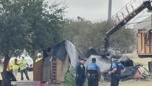 Con grúas y camiones, autoridades realizan limpieza en un campamento de indigentes al sur de Austin