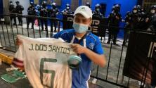 Jonathan dos Santos hace feliz a un admirador de El Salvador