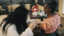 Médicos de Texas llaman a revocar la orden ejecutiva que prohibe la vacunación obligatoria contra el coronavirus