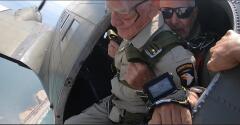 Mira a este hombre saltar de un avión recreando el Día D para celebrar su cumpleaños número 100