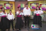 Jóvenes celebran las Fiestas Patrias cantando en Sacramento