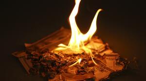 Profesor quema más $50,000 y lo graba en video para rechazar soborno