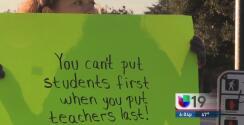 Padres de familia exigen un aumento salarial para los maestros de Stockton