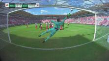 Otra vez el travesaño evita el gol de Santos