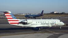 """Avión logra aterrizar en aeropuerto LaGuardia tras """"incidente de seguridad"""" con un pasajero"""