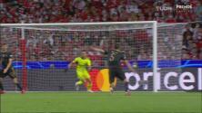 ¡Se salvan! Vlachodimos evita el gol enviando la pelota al travesaño