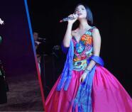 Ángela Aguilar: Su estilo juvenil y elegante con vestidos mexicanos