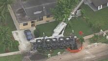 Autoridades logran levantar grúa que se había desplomado sobre una vivienda de Lauderhill, en Broward