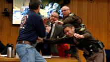 Video: El padre de tres víctimas se abalanza sobre el exmédico Larry Nassar en la corte