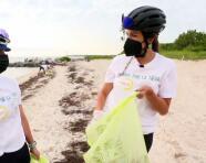 En el Día de la Tierra, Maity Interiano se unió a un grupo de voluntarios para limpiar de basura las playas