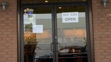 Restaurantes de la Bahía agregan un cargo extra para motivar a sus empleados y enfrentar la crisis de trabajadores que enfrentan